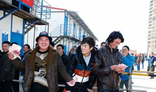 来自黔西南的农民工领到工资很高兴,准备乘机返乡