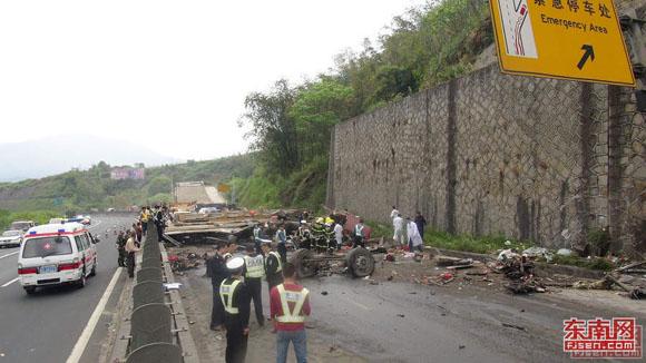 厦蓉高速龙岩往漳州段发生特大车祸 高清图片