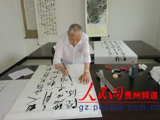 李树人 吴国春/退休教师、85岁高龄的李树人正在挥笔写书法作品。吴国春摄