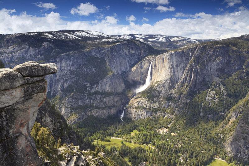 美國加利福尼亞州的約塞米蒂谷是大自然的傑作,谷底寬平,古壁陡峭,呈現出一派巍峨壯觀的景象。