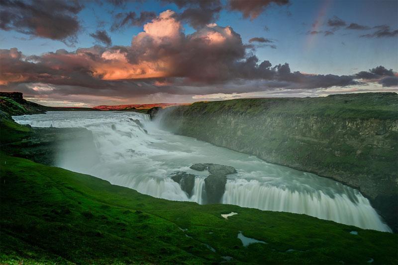 冰島的黃金瀑布。層次鮮明的瀑布呈梯級分布,大自然賦予了其獨特的魅力,它的面貌因四季交替而呈現出不同的景致。無論是在綠意撩人的春季、火光四射的夏季、清爽襲人的秋季,還是在朦朧白皙的冬季,黃金瀑布都散發著攝人心魄的魅力。奔騰的瀑布上流動著生命的旋律,綢緞似地傾瀉而下,流動的線條帶給人一種壯麗﹑蓬勃的生命體驗。