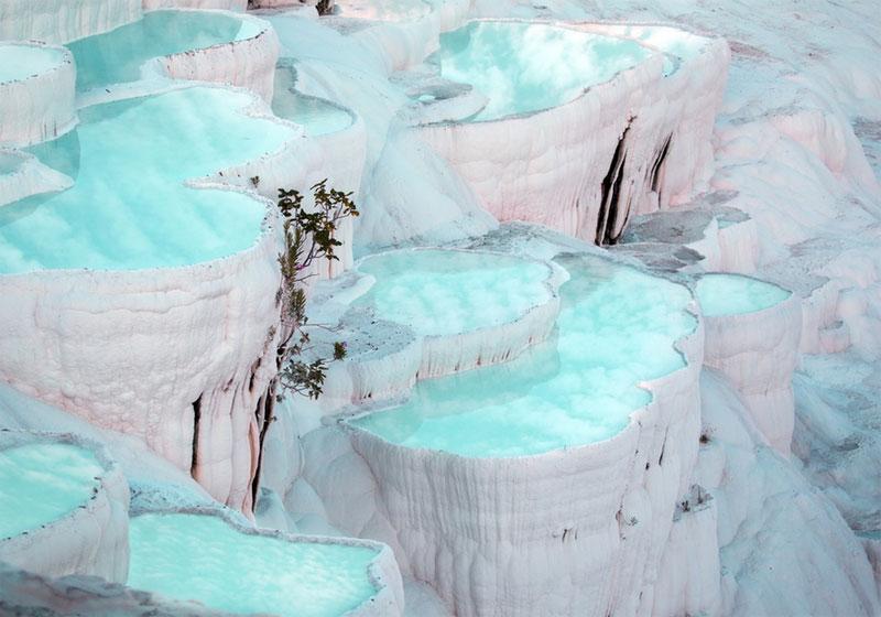 土耳其的帕木克堡。帕木克堡是鈣華梯池的神奇景觀,一層層白色的梯形階地在陽光下熠熠生輝,如由一朵朵白色的棉花糖搭建的夢幻世界。