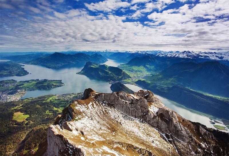 瑞士的阿爾卑斯山。阿爾卑斯山是瑞士的魂,就像一個民族的血脈可以千百年傳承下去一樣,瑞士人民的精神因它的存在而屹立不倒。阿爾卑斯山的威武中又有細膩的情感。它帶給挑戰者們征服的欲望。如果你的身體里流滿衝撞和挑戰的血液,那麼阿爾卑斯山一定能滿足你。