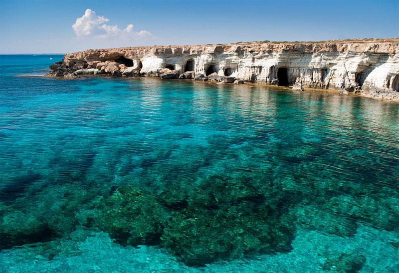 塞浦路斯的格雷科岬角擁有迷人的海岸線和天然海蝕洞。行走在蒼涼的山海之間,望著眼前海天相接的浪漫景致,融入大自然的空靈。海浪擊打著岩石,仿佛拍打著智慧之花。