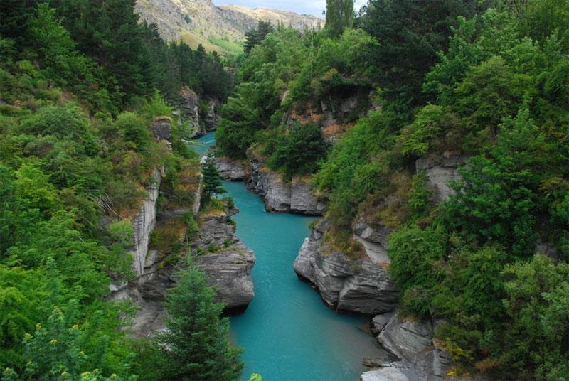 新西蘭的沙特歐瓦河四周都是綠色元素,峽谷峭壁,青水瀠洄,構成一幅流動的山水畫。
