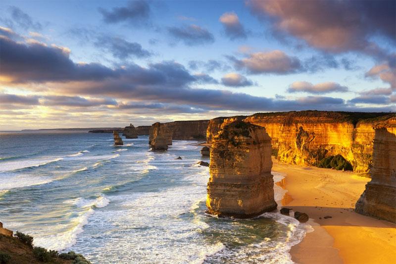 澳大利亞的十二使徒岩石屹立在大洋路邊上,仿佛耶穌的十二使徒守護基督教一樣,守護著澳大利亞維多利亞州。這鬼斧神工的石柱被譽為『海岸雕塑』。金色的夕陽灑在石柱上,帶來一種別樣的寧靜與空靈。