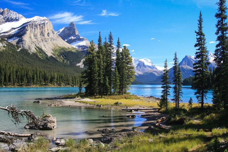 加拿大的精靈島。山峰與河流巧妙地融為一體,加上筆直挺拔的杉樹,構成一幅天然的水彩畫。