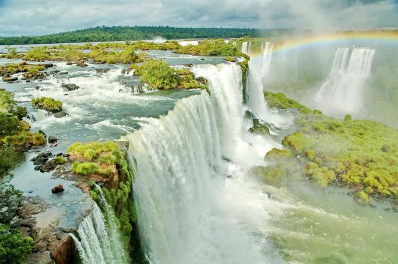 巴西的伊瓜蘇瀑布是世界上最寬的瀑布,濺起的水霧彌漫在密林上空,增添一絲朦朧美。