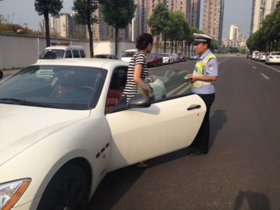 白富美/组图:重庆白富美马路中央跨双黄线停车裸车超200万
