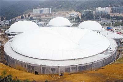 正在升起的亚洲最大气承式膜结构建筑群