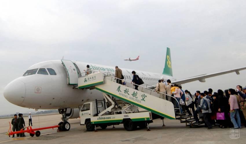 图为2007年12月24日,国内某航空公司登机的乘客.