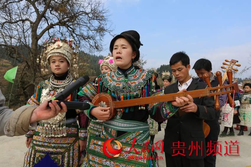 2月2日,榕江县乐里镇上寨村踩歌堂活动,歌师在弹唱侗族琵琶歌.图片