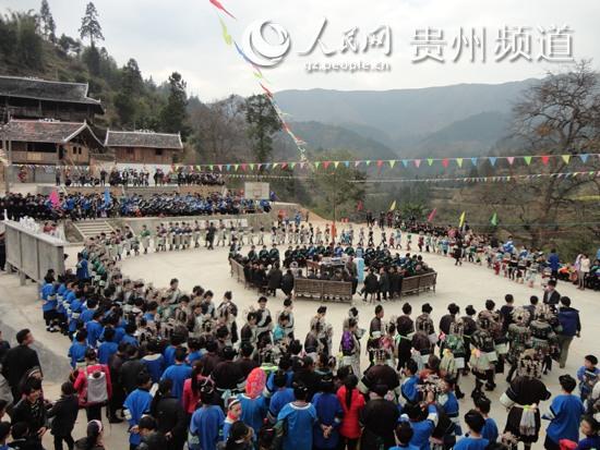 2月4日,乐里镇保里村侗族同胞身穿节日盛装,在琵琶的伴奏下,且图片