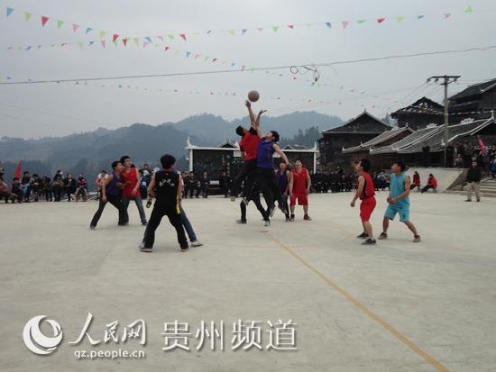 2月5日,乐里镇保里村的侗族青年在篮球场上激烈拼抢.(  摄) -榕江图片
