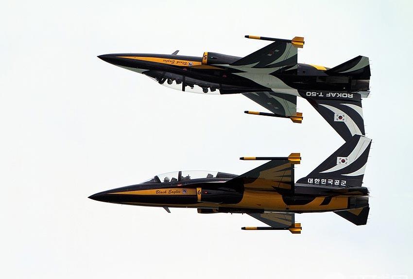 """韩国空军""""黑鹰""""(black-eagles)特技飞行表演队成为了本次航展飞行表"""