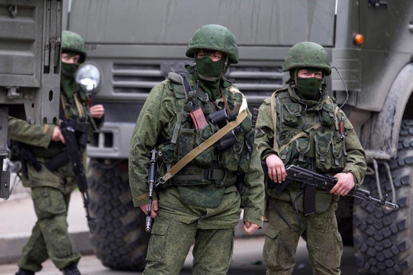 俄军进驻乌克兰克里米亚 当地民众送热茶欢迎