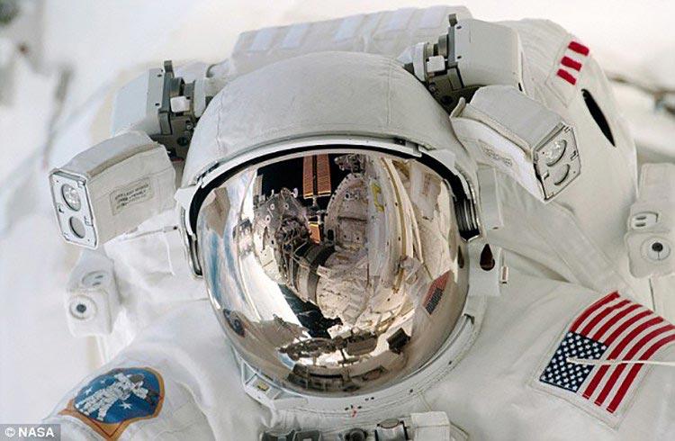 用宇航员发回的生活照