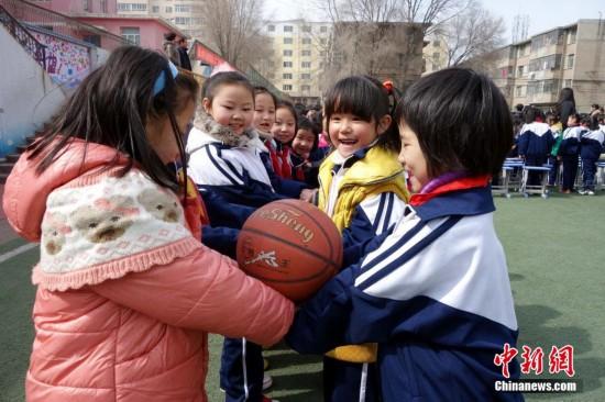 3月3日,西宁市劳动路小学的学生在做传球游戏.当天,西宁市各中小图片