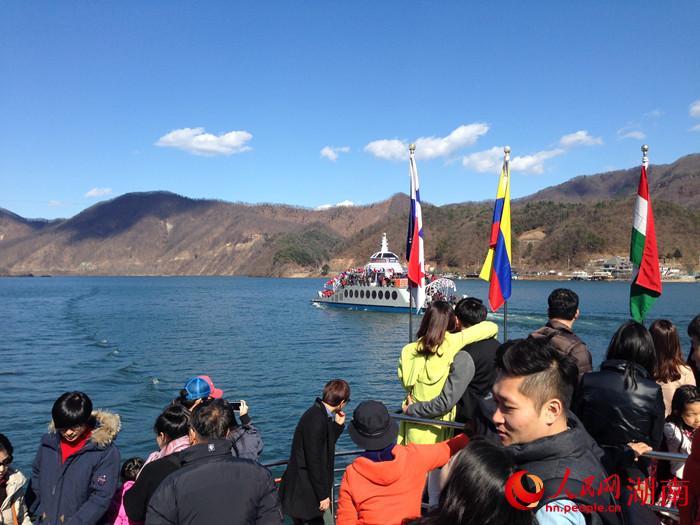 江原道保有着韩国最洁净的自然环境和最美丽的自然风光,目前,它正致力于生产绿色食品和发展观光旅游业,拥有600多年悠久历史和传统文化的江原道,正迎来新的历史性机遇。 由于江原道属于季风气候带,春夏秋冬四季分明;四季的美丽在江原道得天独厚的自然环境中显得更加多姿多彩,因此它也成为了《蓝色生死恋》、《冬季恋歌》、《沙漏》等多部韩剧的拍摄地,吸引着世界各地的韩剧迷们前来游玩。 美丽的自然风景、一望无际的海岸线,经典韩剧里男女主角宿命般的初恋就在洁白无瑕的雪景里生动地展开,这让随行的不少韩剧女粉丝直呼过瘾;更巧的是