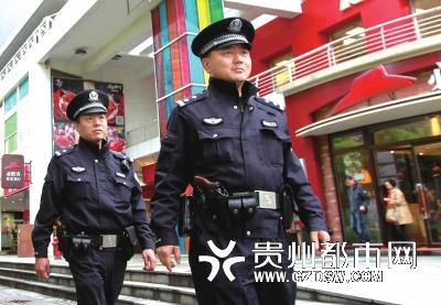 上海街头巡警全面佩枪执勤