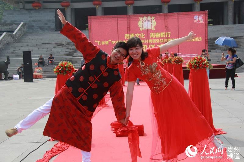 在中式集体婚礼上新郎新娘秀恩爱.王钦摄