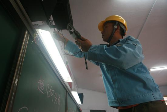 贵阳/6月5日,贵阳供电局工作人员正对每一间考场内的电灯、插座进行...