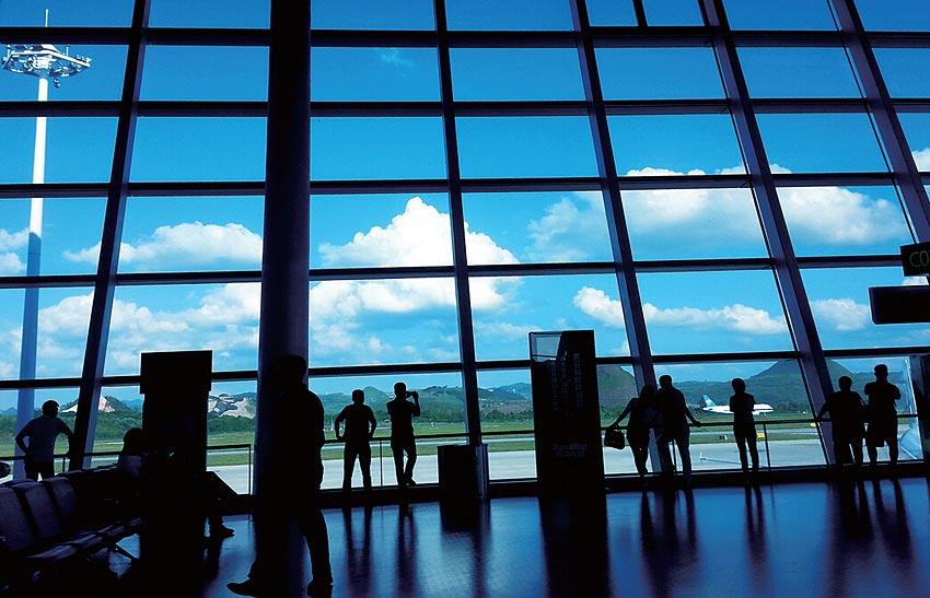 从徐州经停贵阳转机到昆明的几位游客站在玻璃前兴致勃勃地指着:那儿