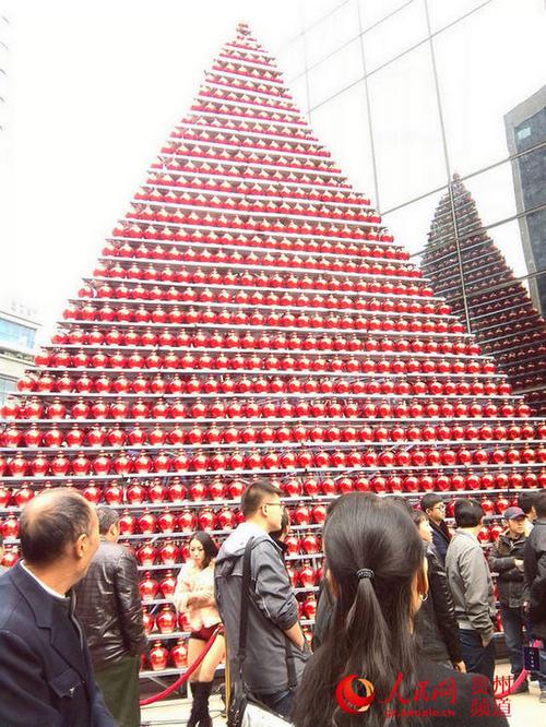 这座酒塔由珍酒2009封坛酒搭建而成,封坛酒通体亮红,莲花样式坛口,酒