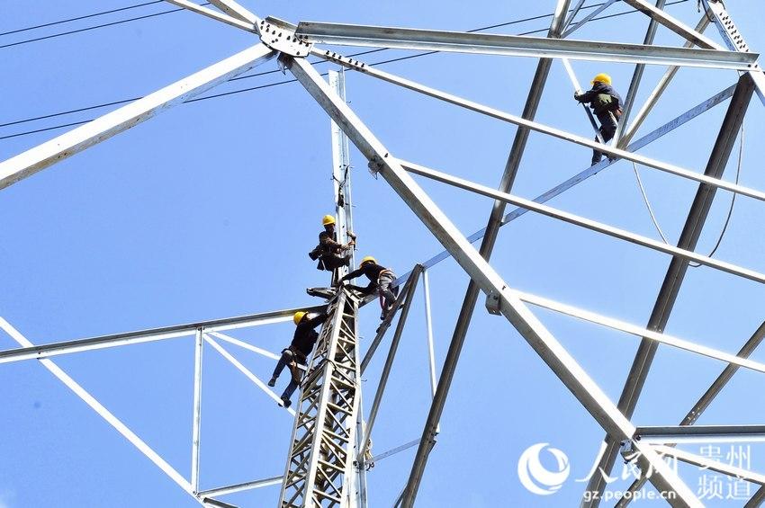 施工人员正在组立铁塔