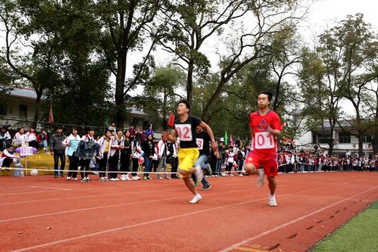 榕江县民族中学学生在进行100米短跑比赛。杨
