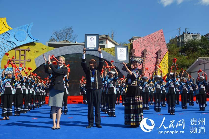 吉尼斯总部认证官丽莎·霍夫曼现场颁发《布依族竹鼓舞、转场舞吉尼斯世界纪录》证书。 (王方春摄)
