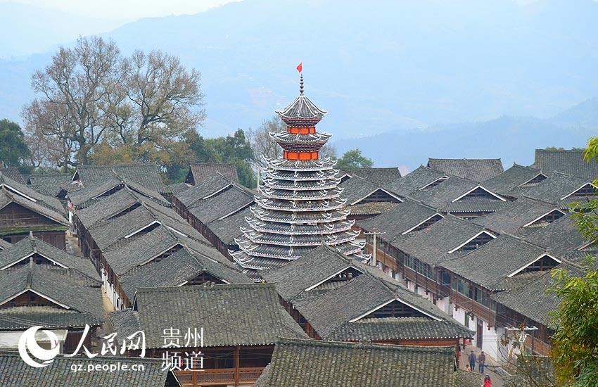 岑报侗族鼓楼远眺图,与侗族木栏式建筑水乳交融.