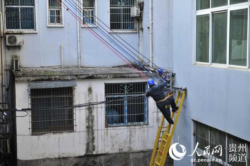 丙妹供电所员工在认真换线。