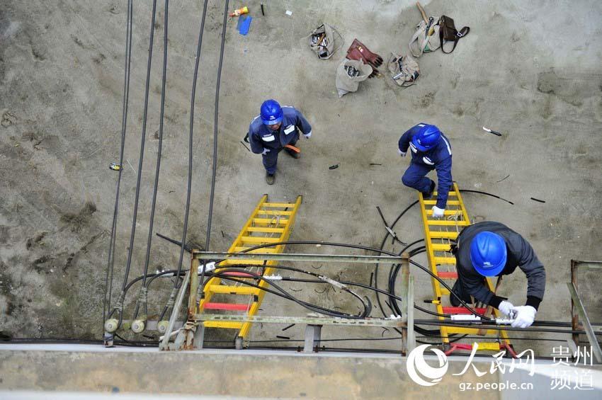 供电员工对负荷较重的社区主供线路进行更换。