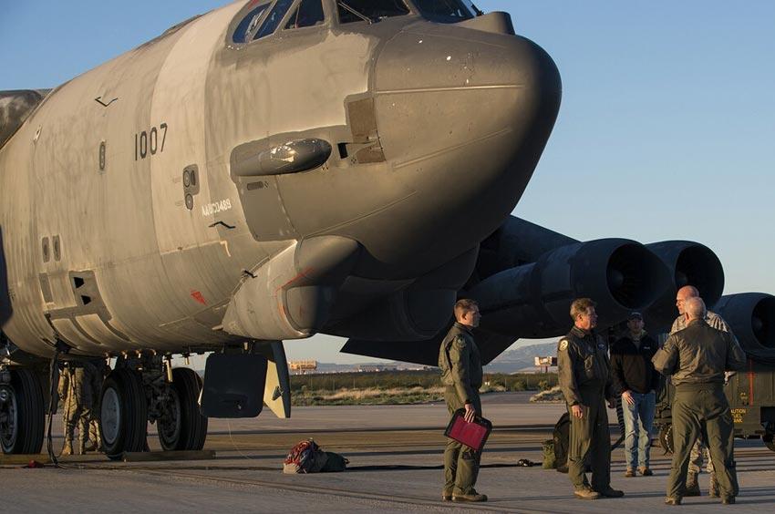 """美国空军从""""飞机坟场""""里拉出封存的b52轰炸机翻修"""
