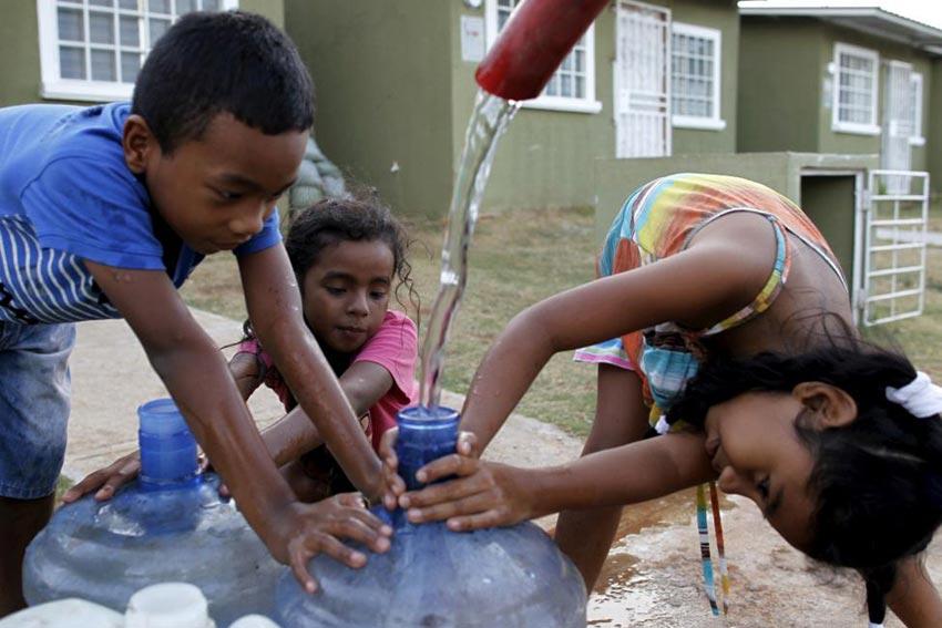 巴拿马的孩子们用水桶接水