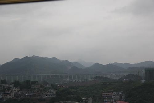 图为车窗外的美景.王钦摄