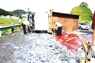 货车爆胎侧翻,200余块环保镜变碎片倾洒路面。