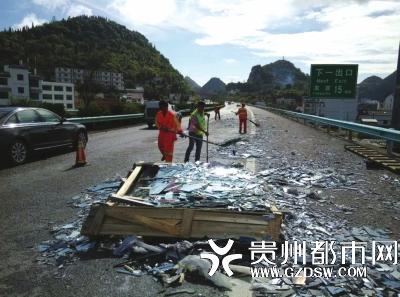 碎片在高速路上形成一条90余米长的碎玻璃带。