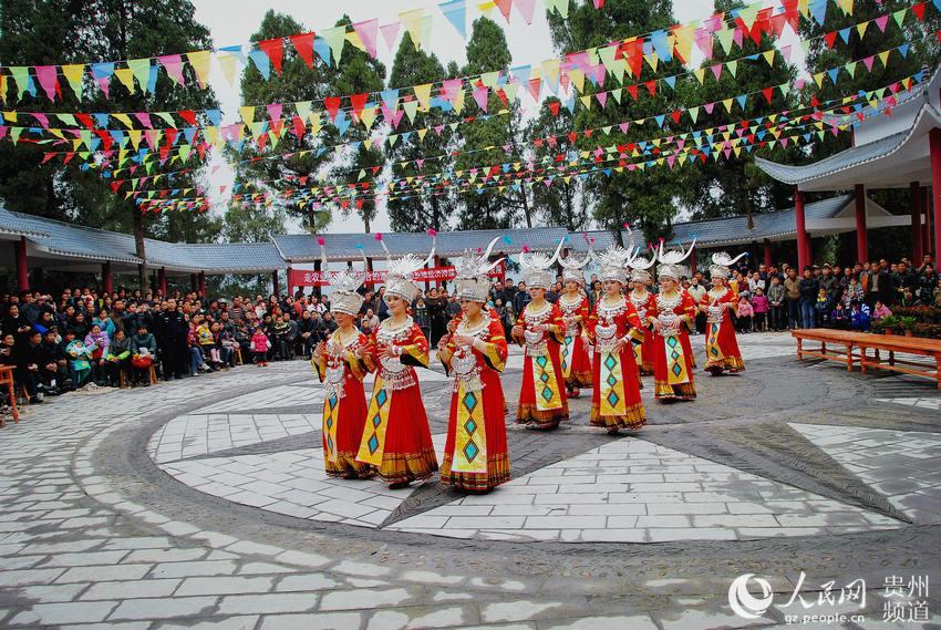 余庆县花山苗族乡飞龙寨苗族风情表演场观看民俗歌舞