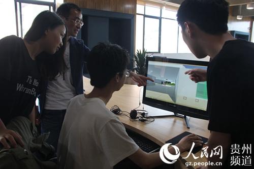 图为六度创客工场团队审查设计产品.王钦摄