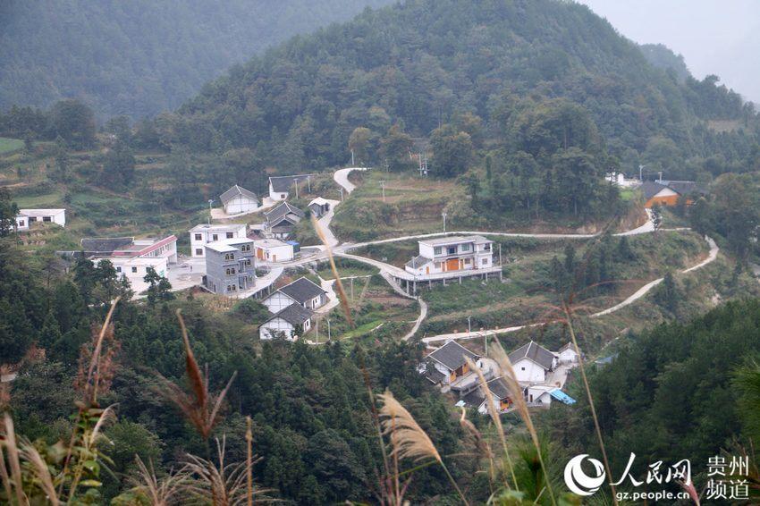公路环绕的村庄.