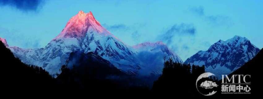 这个保护区与周边地区高峰林立,有无数座海拔6000米以上的山峰,其中