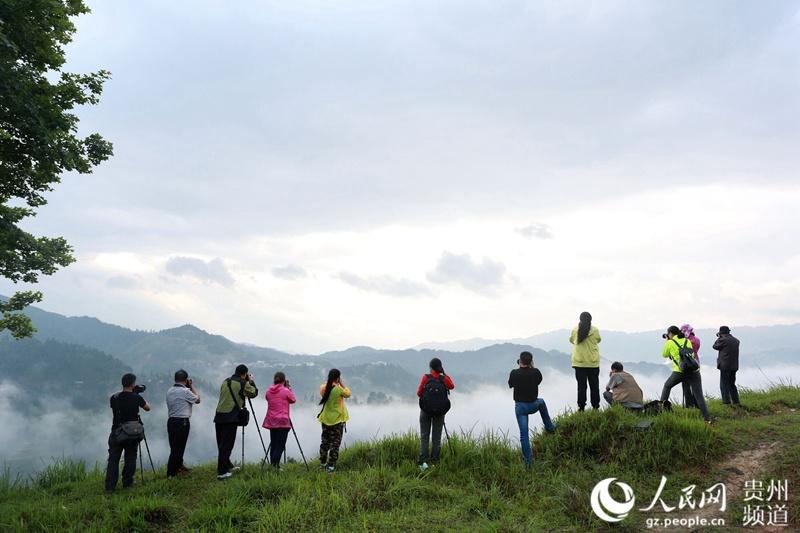 2016年5月14日,摄影爱好者在贵州月亮山拍摄梯田。