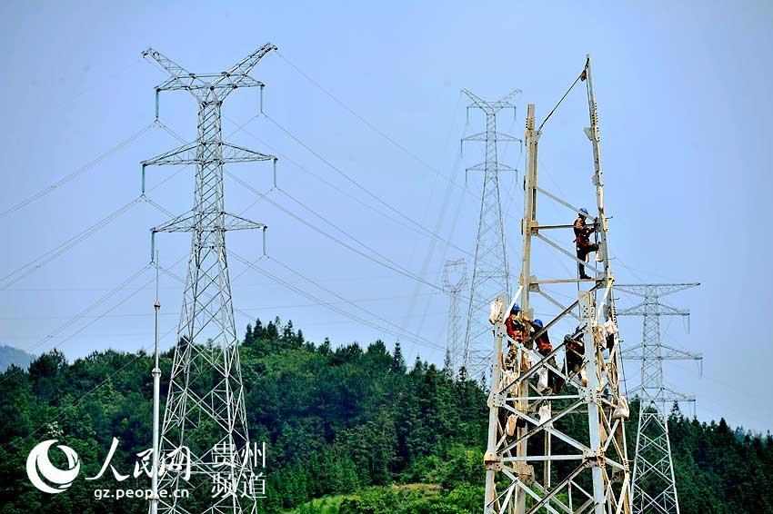 贯洞220KV变在建图片。梁光源 摄 日前,笔者从贵州省从江县发改局获悉,从江县十三五新一轮农村电网改造升级规划及三年行动计划已通过省级评审。 十三五期间,从江县农村电网改造升级规划实施项目共1016个,总投资3.7892亿元,新建110千伏变电站2座,新建及改造110千伏线路92.
