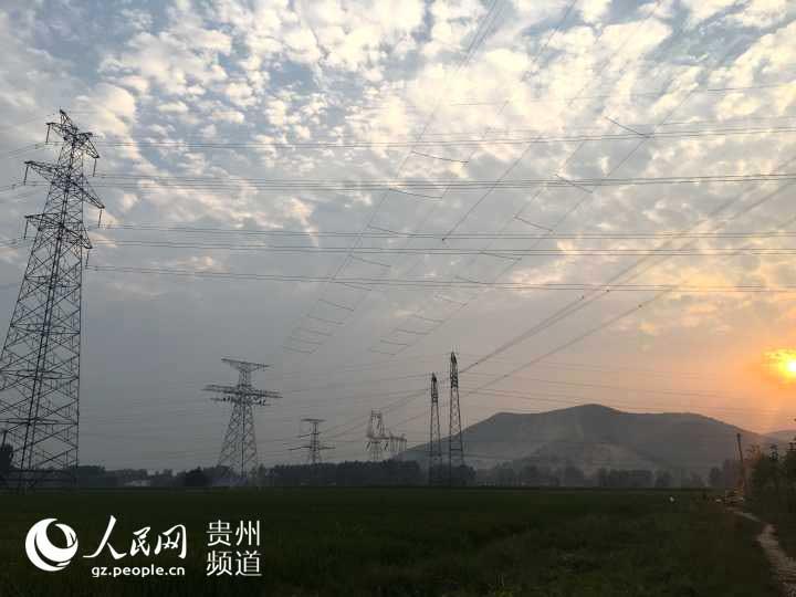 近日,贵州送变电工程公司承建的山西晋北江苏南京800千伏特高压直流输电线路工程(皖1标段)跨越500千伏东三线最后一个放线区段的施工工作顺利结束。 由于跨越500千伏东三线架线施工牵涉到同时多次跨越不同类型的重要跨越物,皖1标段施工项目部共集结四套放线设备,贵州送变电工程公司采用四个放线区段同时展放。 在跨越500千伏东三I、II、III回线路停电期间,该工程需要同步跨越的有:500千伏线路6条次、220千伏线路20条次、110千伏线路2条次(其中1条为带电跨越)、35千伏线路1条次、10千伏线路11