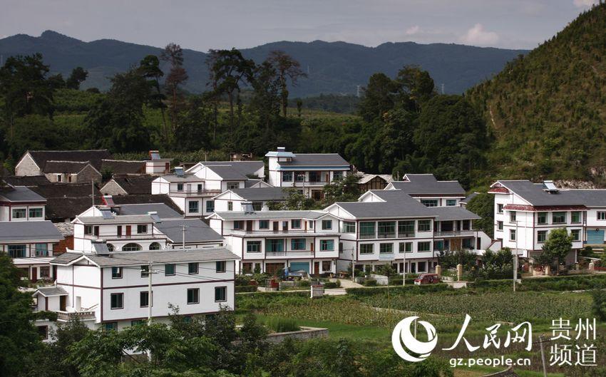 东,北与龙里县接壤,南与贵阳机场相连,西与情人谷,阿栗杨梅园风景区