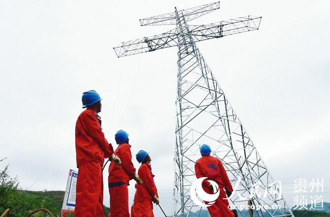 工人员在对位於贵州省兴义市的工程第10标段35号铁塔进行组装.张