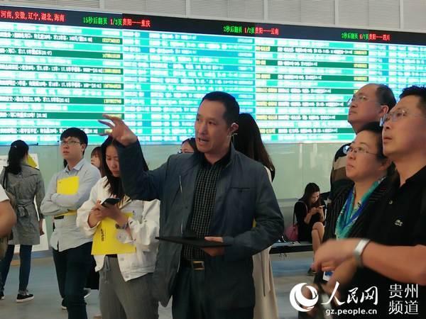 贵州货车帮科技有限公司副总裁赵强向记者介绍货车帮发展情况。