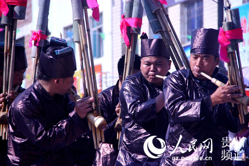 """2017年10月31日,在贵州省从江县庆云镇 """"冻鱼节""""上,一支队伍正在比赛."""